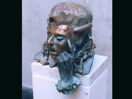 Lånta fjädrar, brons på marmorsockel. Borrowed feathers, sculpture in bronze on marble, cire perdue, the artists own casting.